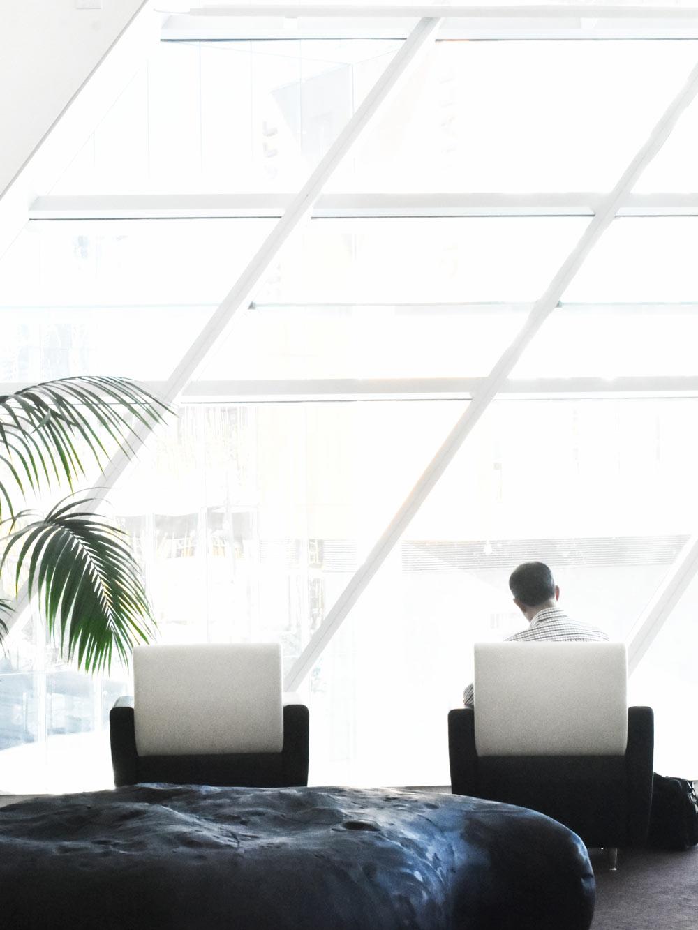 modernes_büro_große_glasscheiben_Büros_im_trend_von_New_work