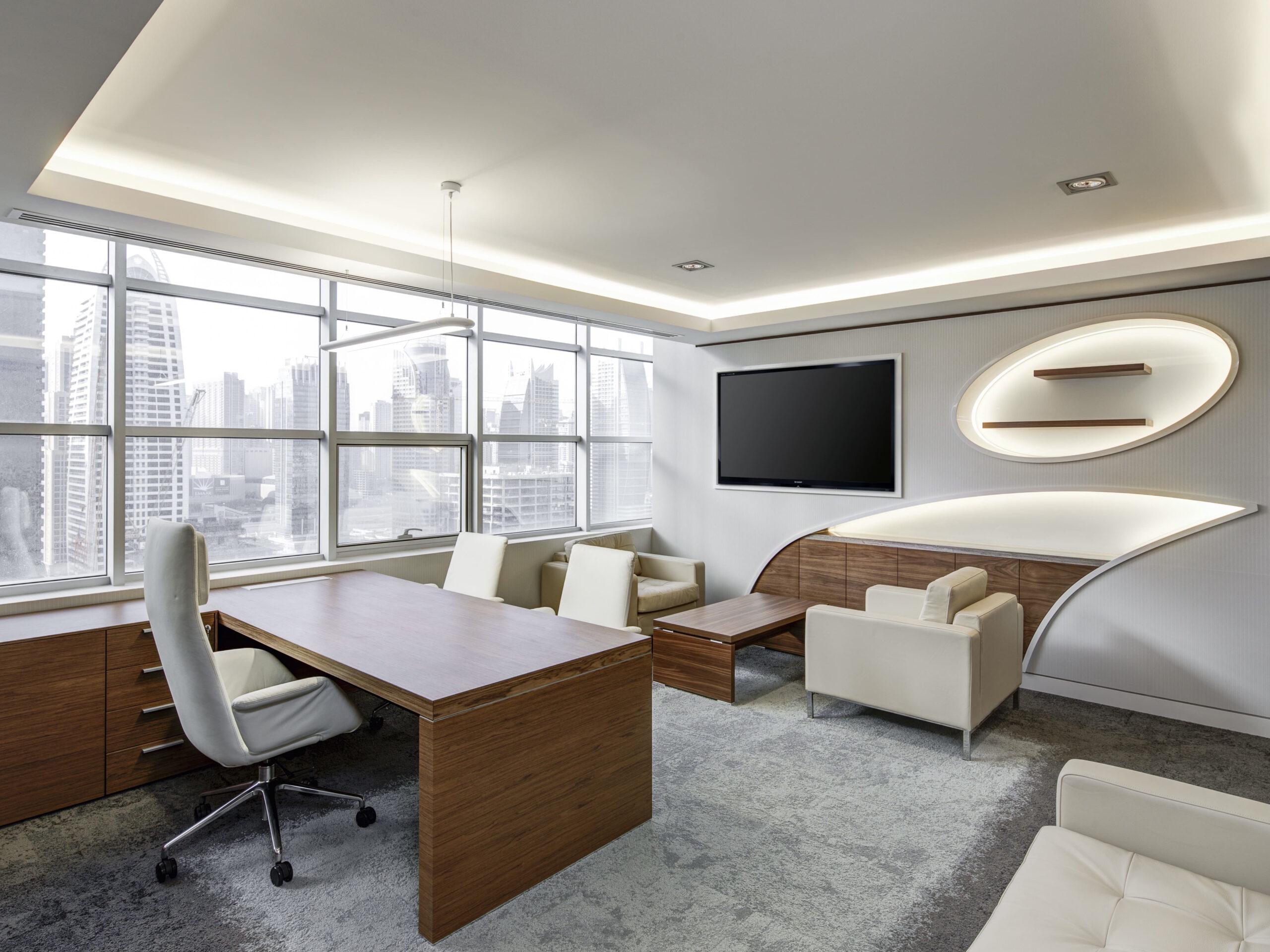 Schreibtisch_im_Büro_mit_ergonomischem_Stuhl