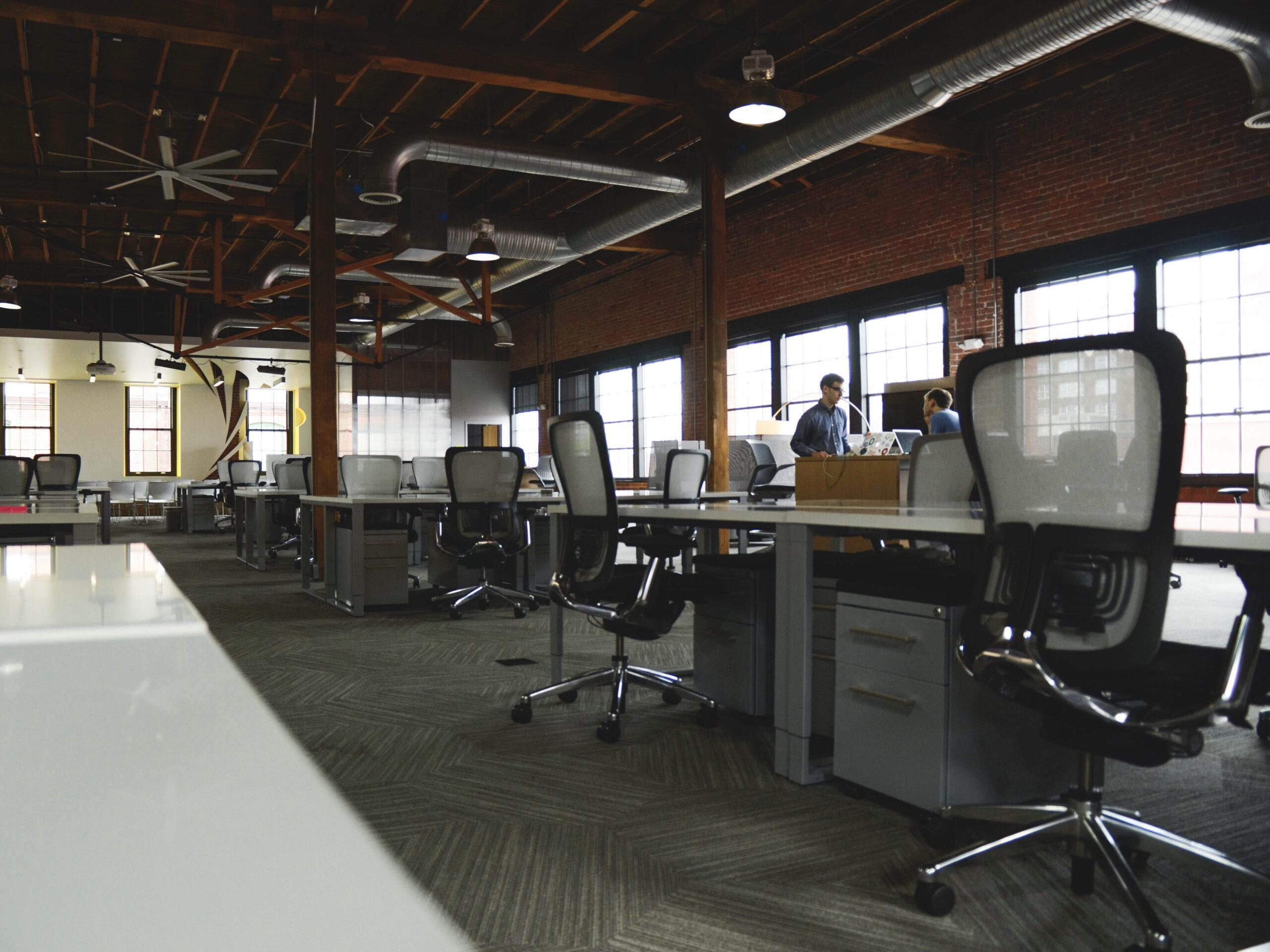 Büro_Einrichtung_Arbeitsplatz_braun_industrial_Holz