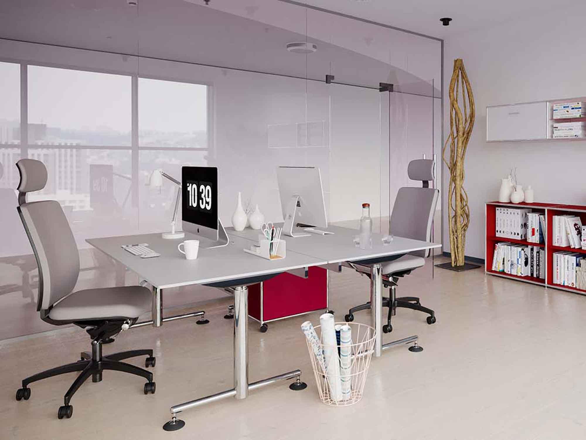 Chefbüro_mit_hoehenverstellbaren_Schreibtisch_hinter_Glaswand