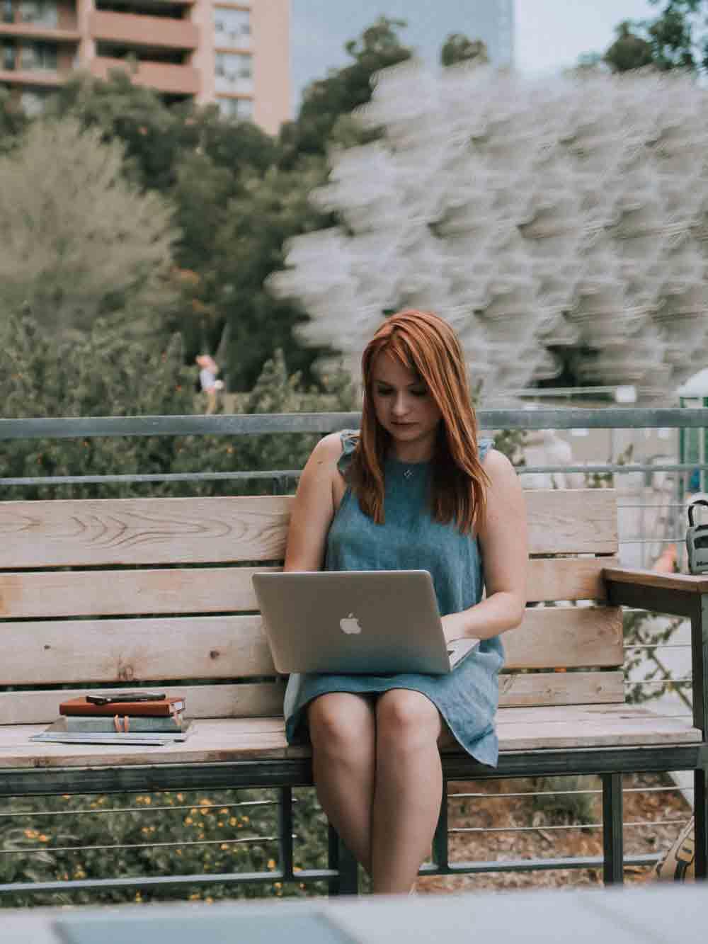 Frau_arbeitet_draußen