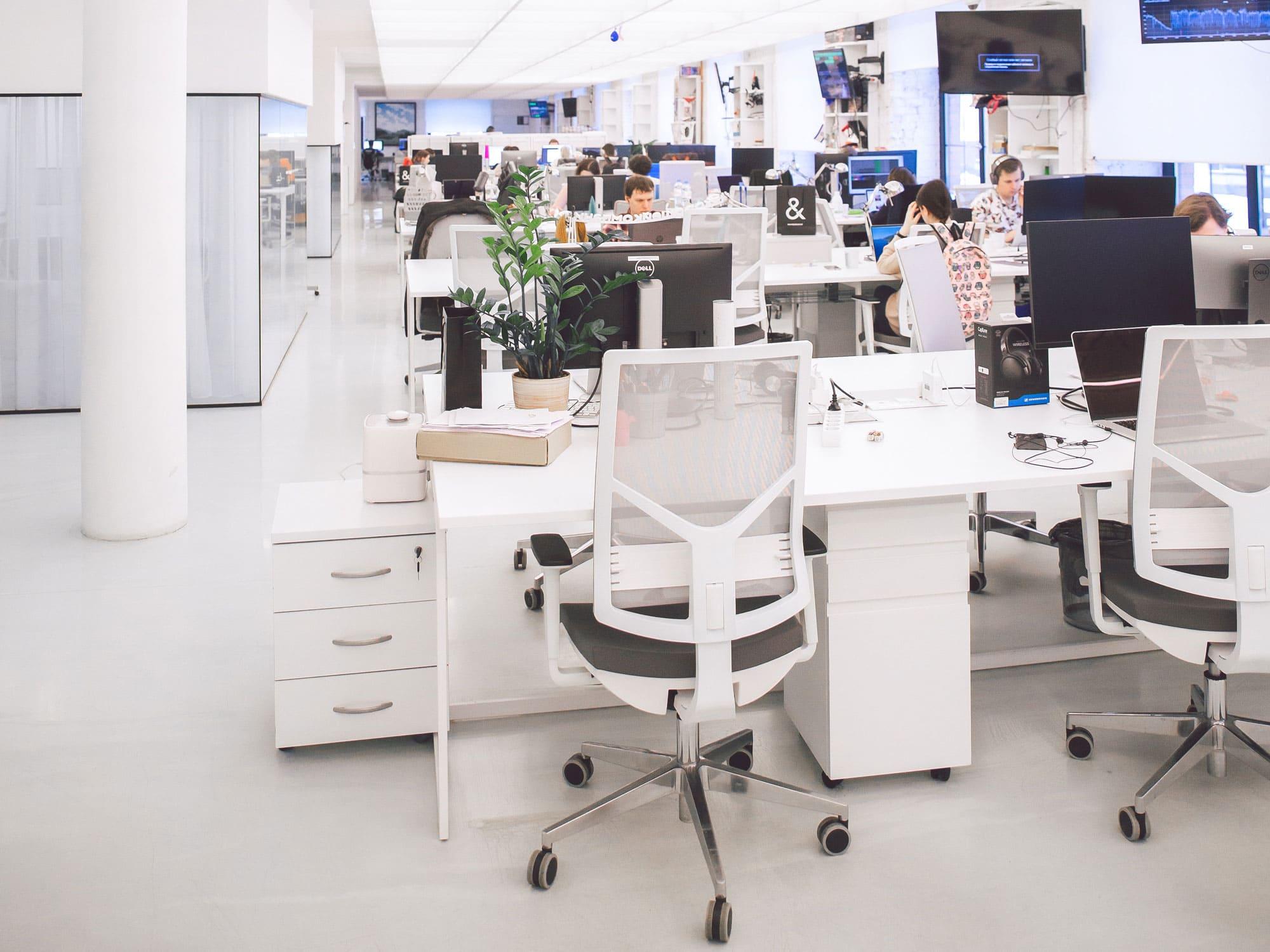 Büroraum_hell_offen_weiß_Möbel