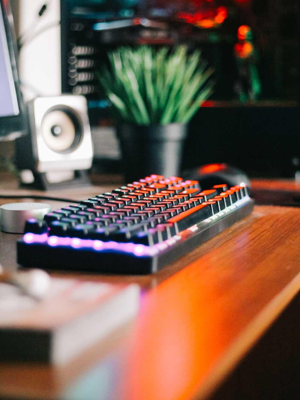 Gaming_Tastatur_auf_Holztisch