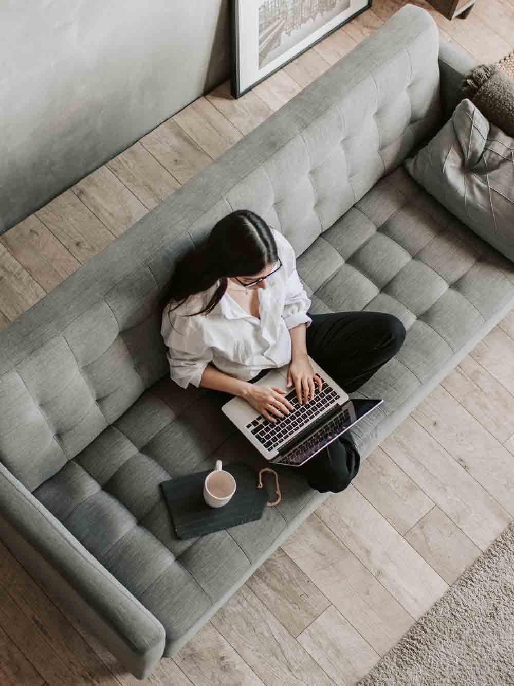 Frau_im_Homeoffice_auf_Couch