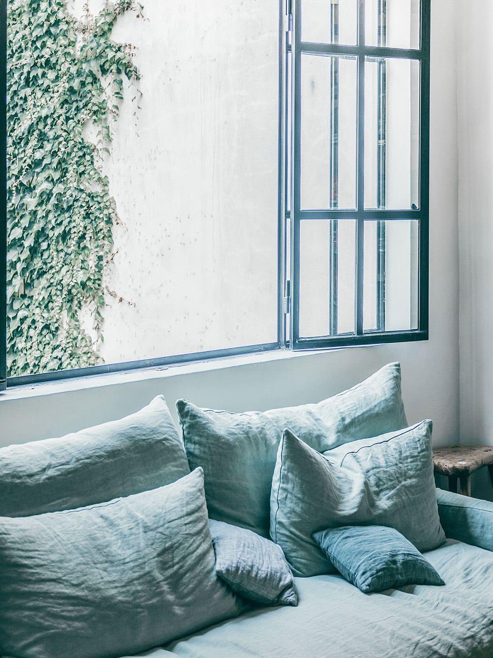 Luxuriöses_Design_exklusive_Farben_Materialien_Sofa_Fenster_Stoff