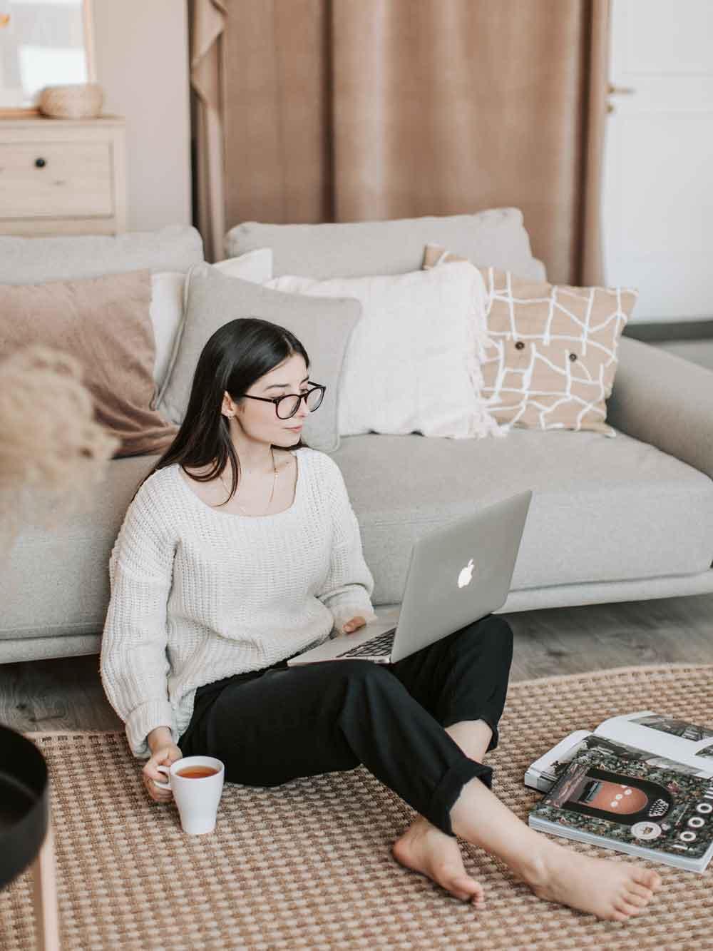 möbel_online_kaufen_onlineshop_laptop_frau_sitzt_auf_boden