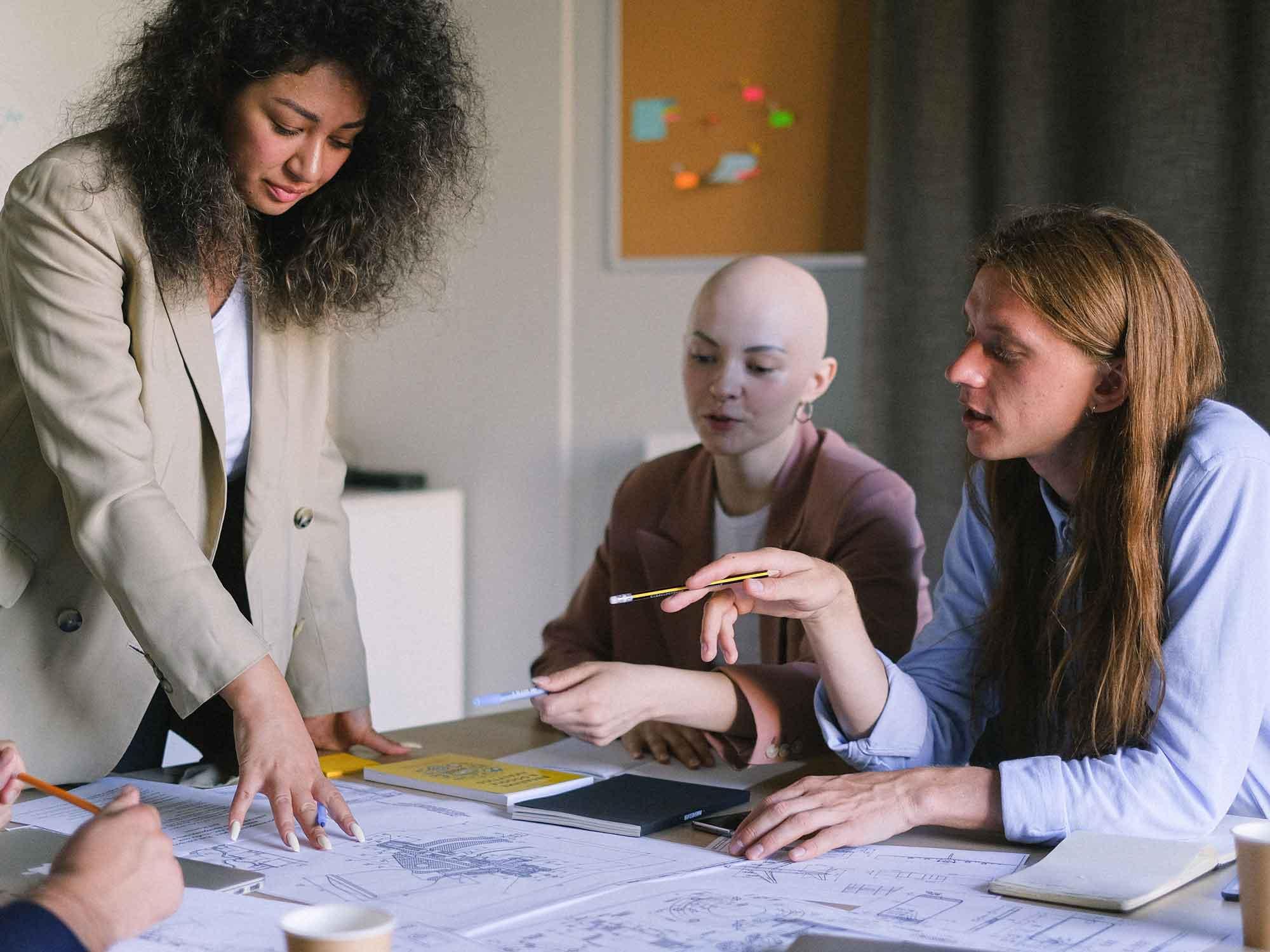 arbeitsplatz_design_trends_aufstieg_der_frauen_Gruppenarbeit_2_frauen_1_mann