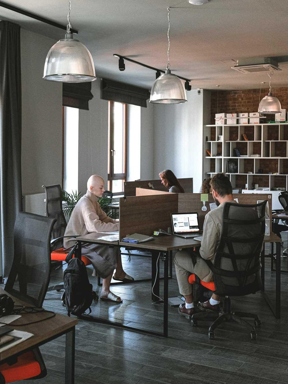 arbeitsplatz_design_trends_gruppenarbeits_platz_2_frauen_1_mann