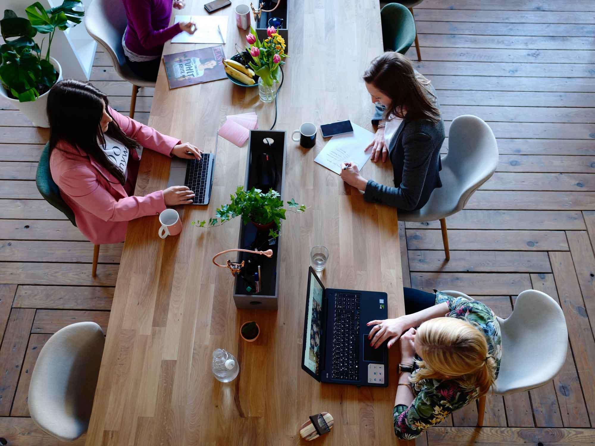 arbeitsplatz_design_trends_gruppenarbeits_platz_großraumbüro