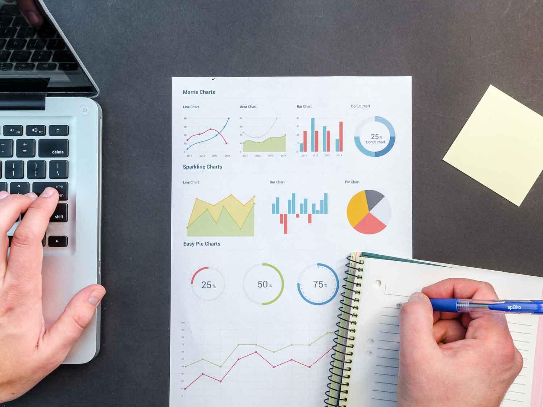 datenerfassung_am_laptop_und_auf_papier_graphen_diagramme_auswerten