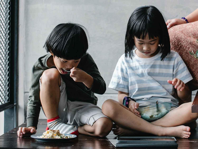 kinder_homeoffice_homeschooling_verbinden_Essen_snacks_tablet_bildschirmzeit