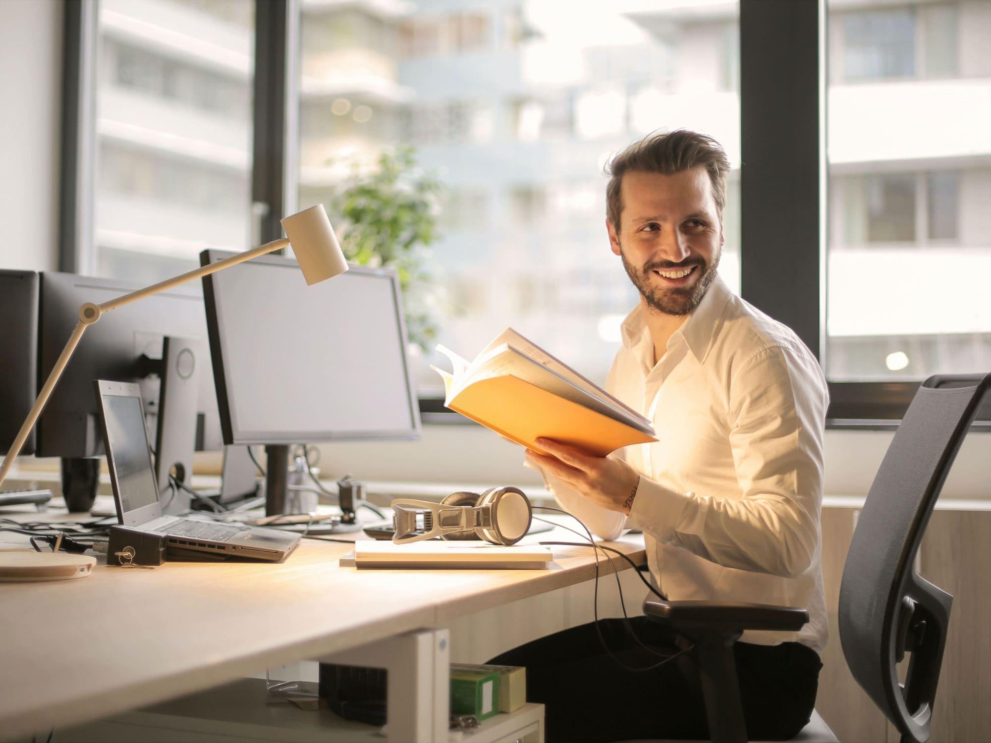 Mann_im_Homeoffice_hat_flexible_Arbeitsmöglichkeiten