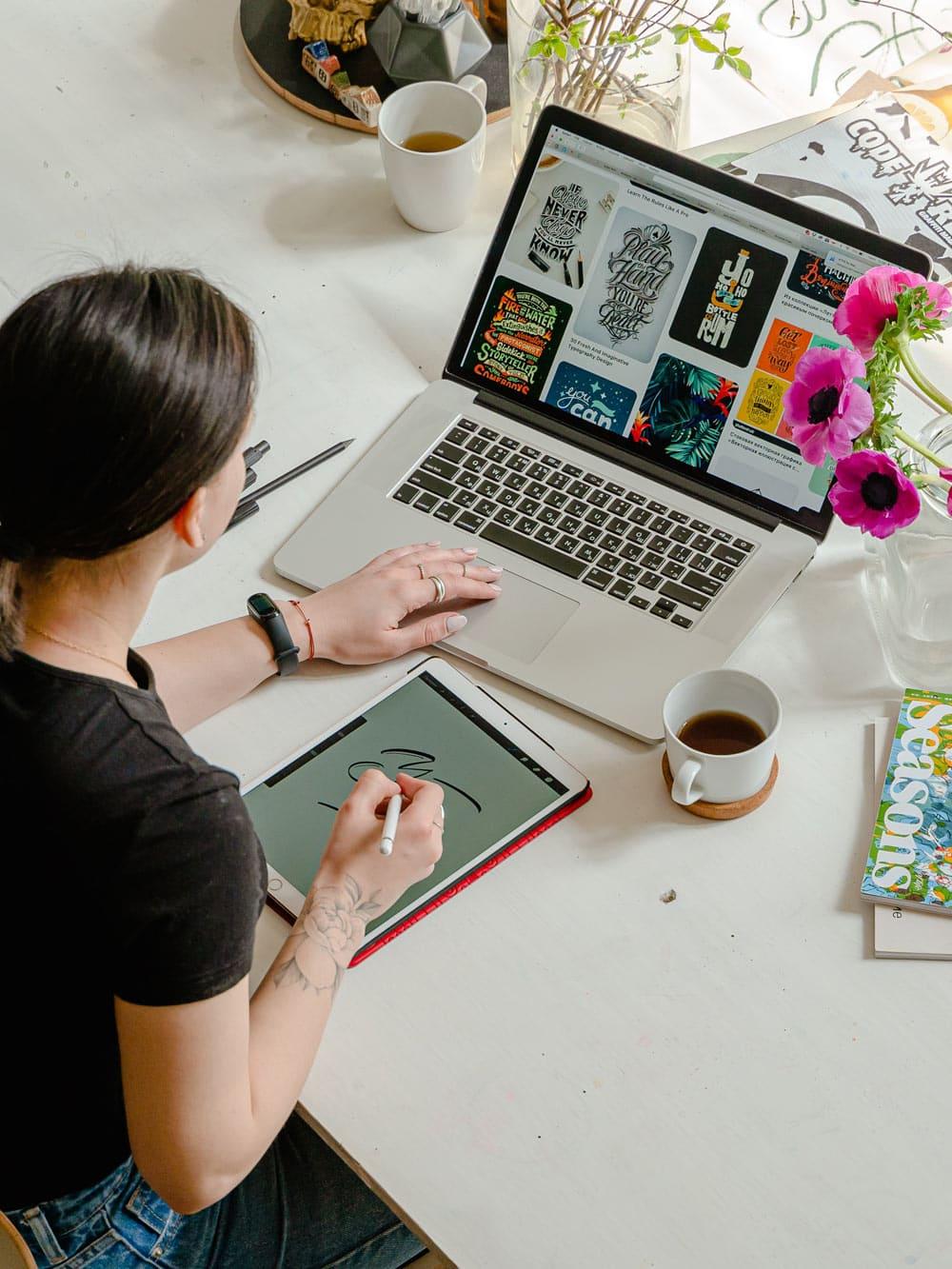 Frau_sitzt_am_schreibtisch_und_arbeitet_im_home_office