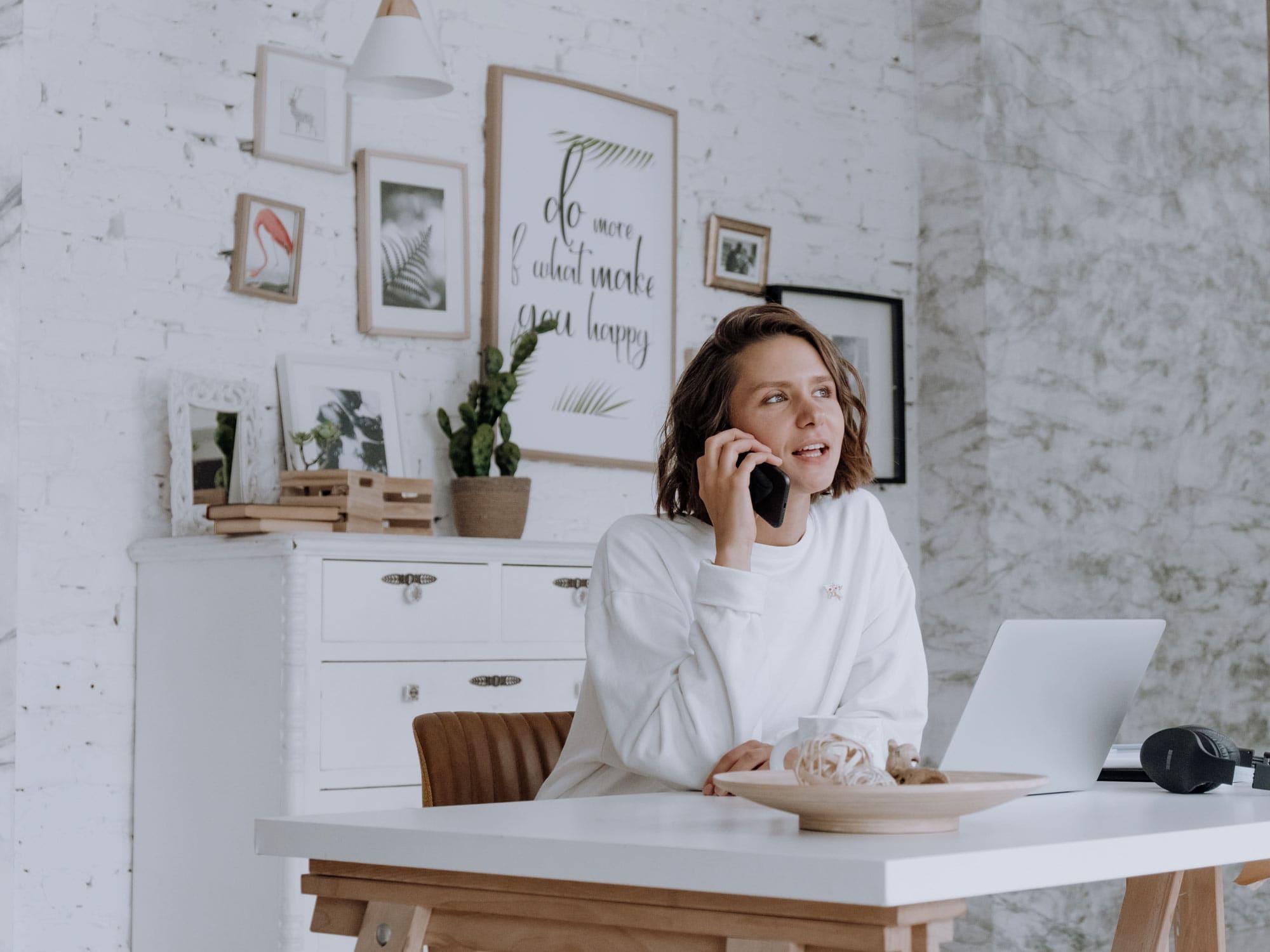 Frau_am_Telefon_im _Home-Office