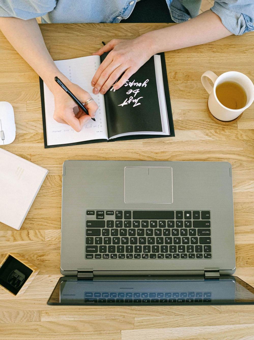 Arbeiten_im_Homeoffice_am_Schreibtisch_mit_Laptop