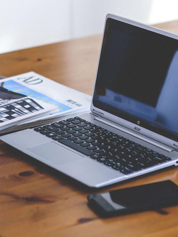 Laptop_auf_einem _Schreibtisch