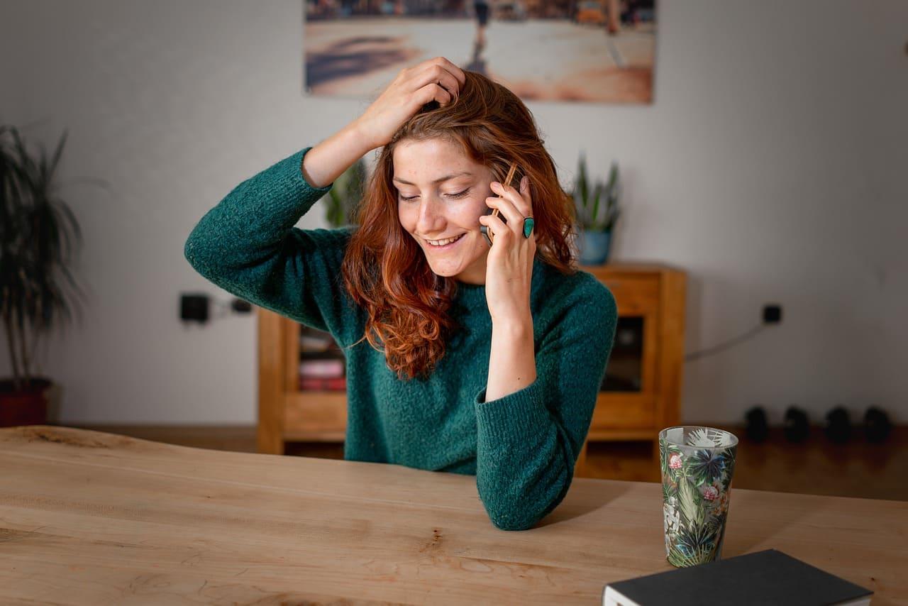 Interior_Frau_telefoniert_am_Tisch