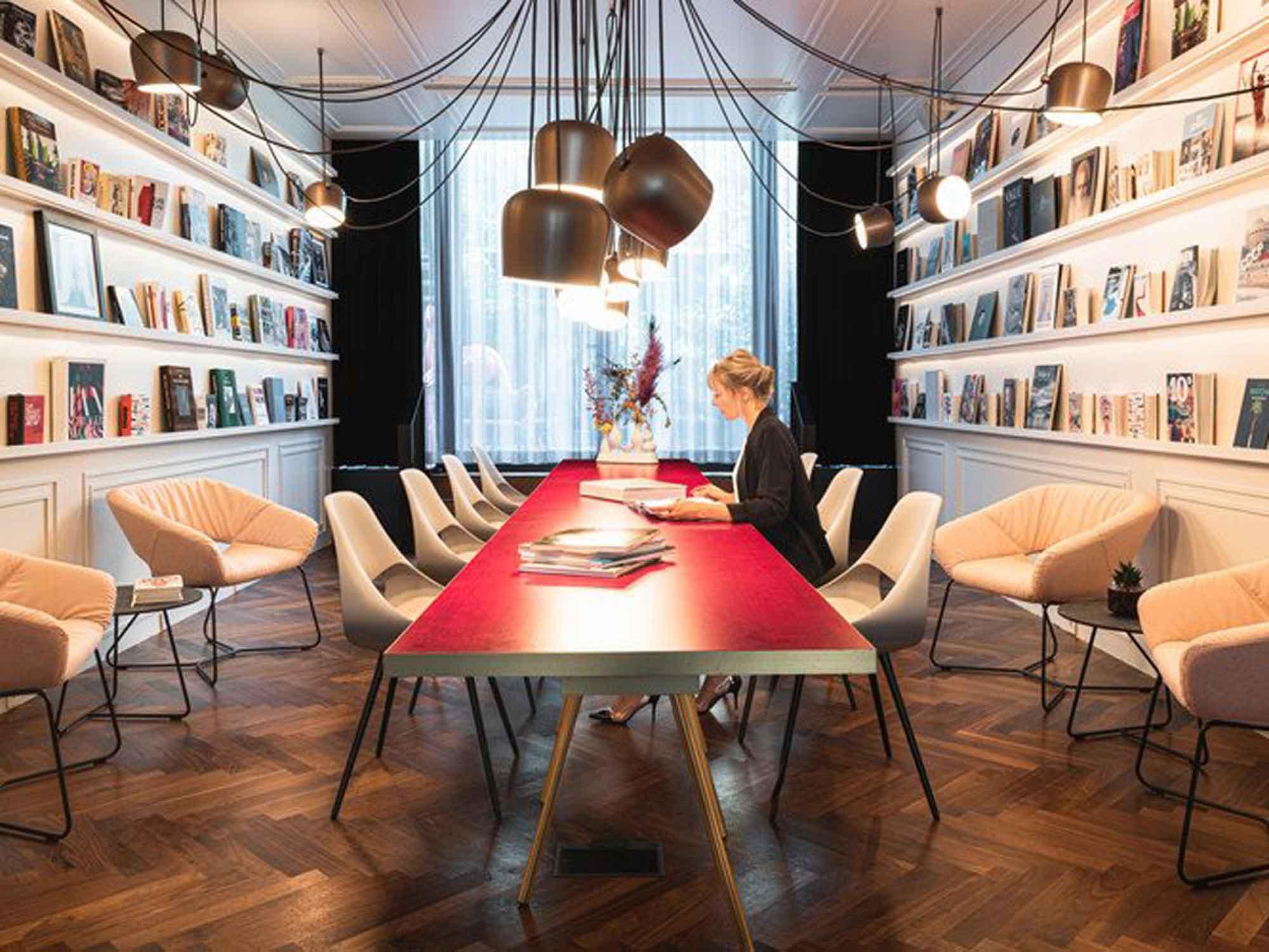 Konferenztisch_und_Meetingstuehle_von_Zeuco